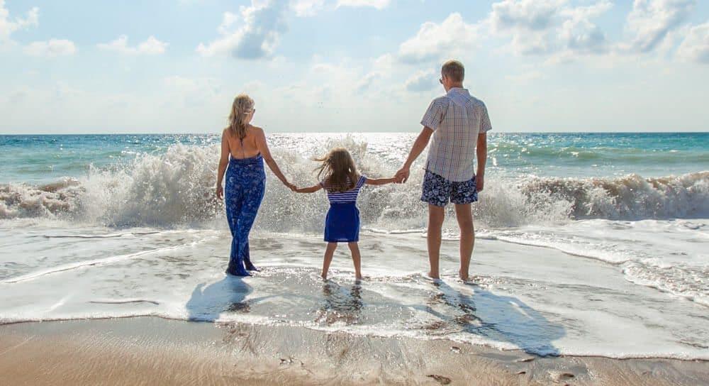 """הורים וחיים בחו""""ל? הנה 6 דברים שאתם חייבים לבדוק בביטוח הבריאות שלכם"""